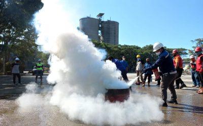 Karyawan Belajar Jadi Pemadam Kebakaran di Area Kerja Masing Masing