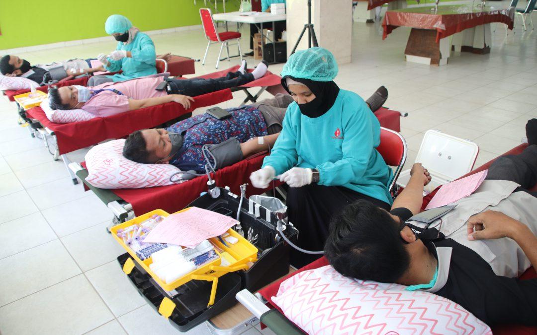 Peringati Hari Donor Darah Sedunia, Karyawan Ramai Ramai Donor
